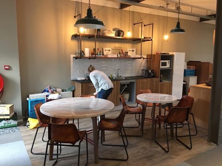 Дизайн кухни  с несколькими столовыми группами