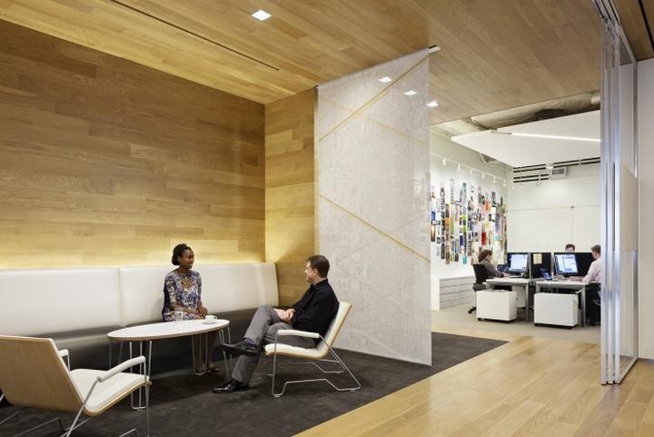 Деревянная отделка стен в офисе