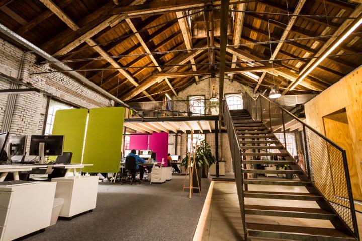 Цветные панели для создания яркого дизайна светлого офиса Elements