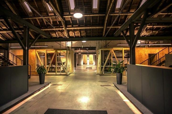Дизайн светлого офиса Elements при искусственном вечернем освещении