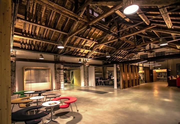 Дизайн светлого офиса Elements со стульями в виде подковы