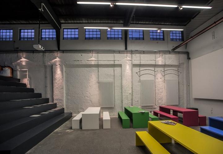 Дизайн светлого зала для собраний в офисе