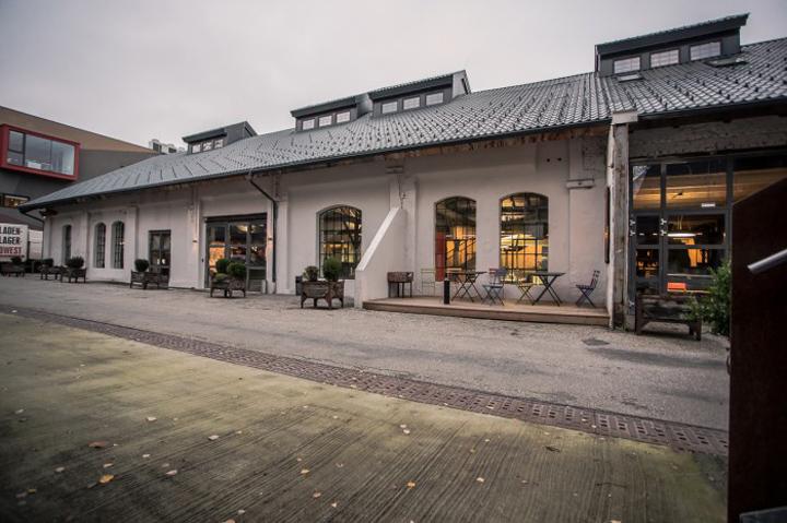 Белоснежный дизайн светлого фасада офиса Elements