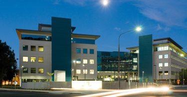 Фасад офиса в Австралии в ночное время