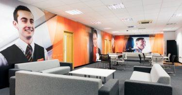 Портреты сотрудников в дизайне интерьера офиса EasyJet