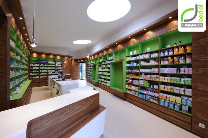 Белый потолок и пол в аптеке