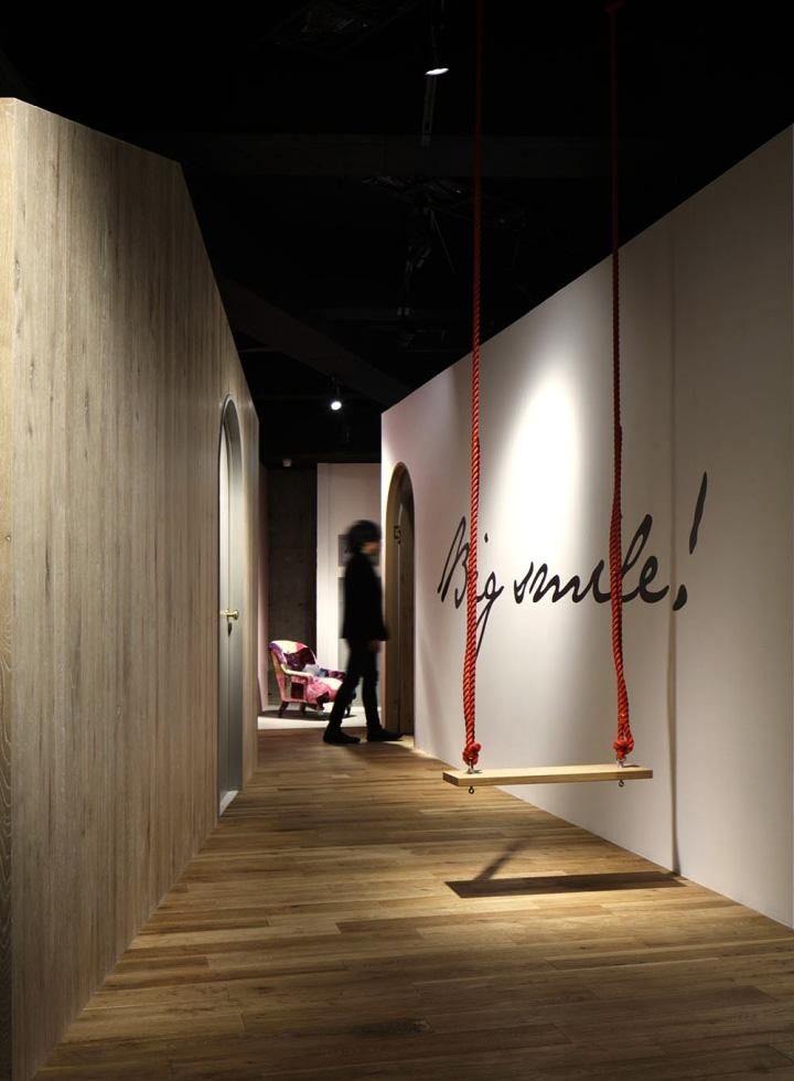 Деревянная отделка стен и пола в фотостудии
