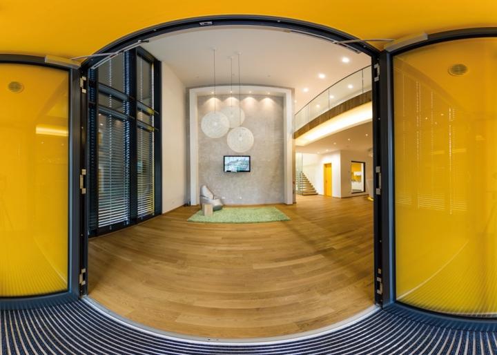 Кресло мешок и зеленый ковер в офисе компании Pollmeier