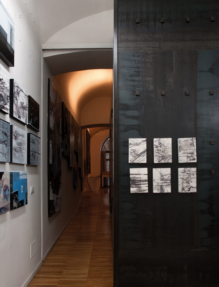 Картины на стене в галерее