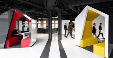 Яркий дизайн комнат для переговоров в Lightspeed