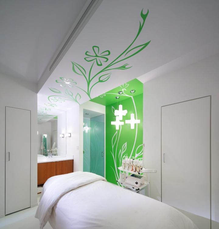 Белые стены в комнате для процедур в спа-салоне