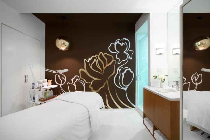 Коричневая стена в комнате для процедур в спа-салоне