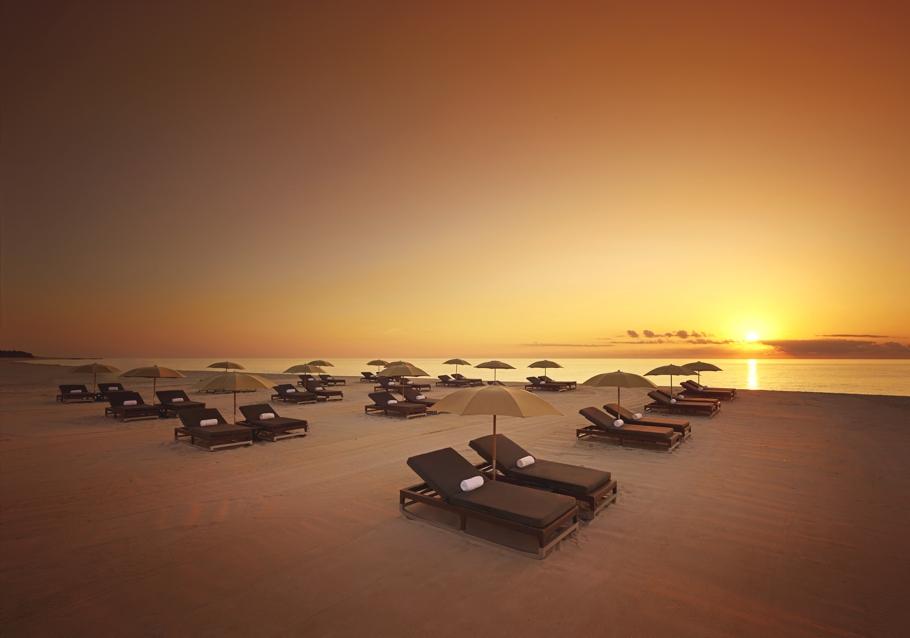 Шезлонги на пляже в спа-салоне