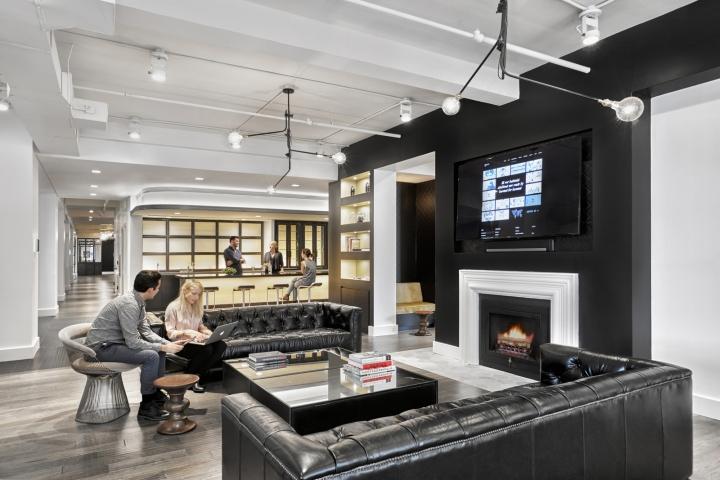 Черные кожаные диваны и стеклянный журнальный стол