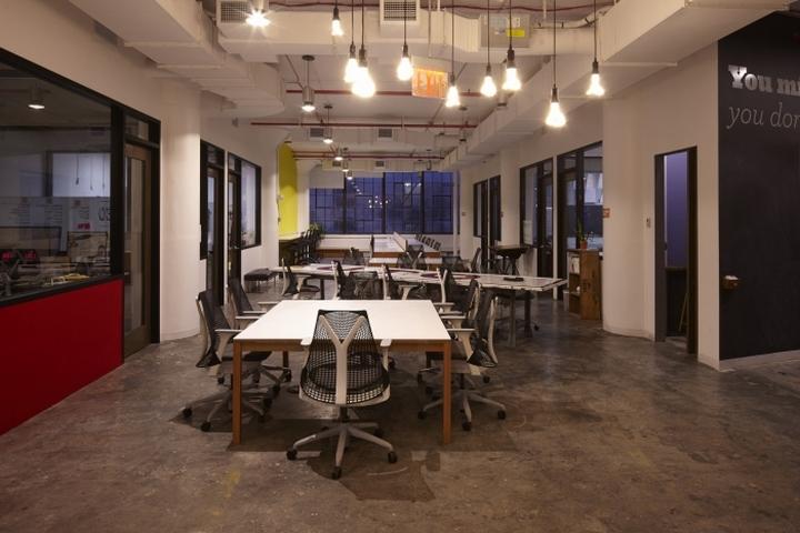 Открытая планировка рабочих мест в офисе