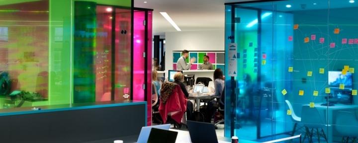 Разноцветные стены в офисе