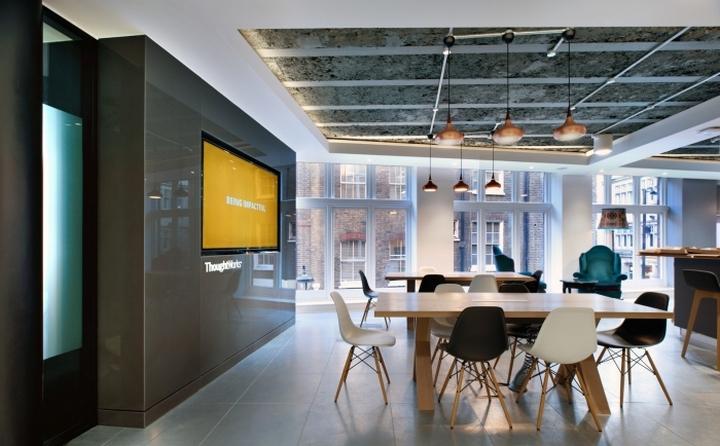 Стулья от Eames в интерьере офиса
