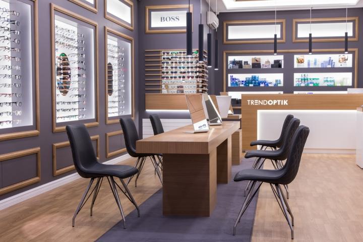 Дизайн магазина оптики: деревянный стол