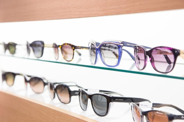 Дизайн магазина оптики: витрины с подсветкой