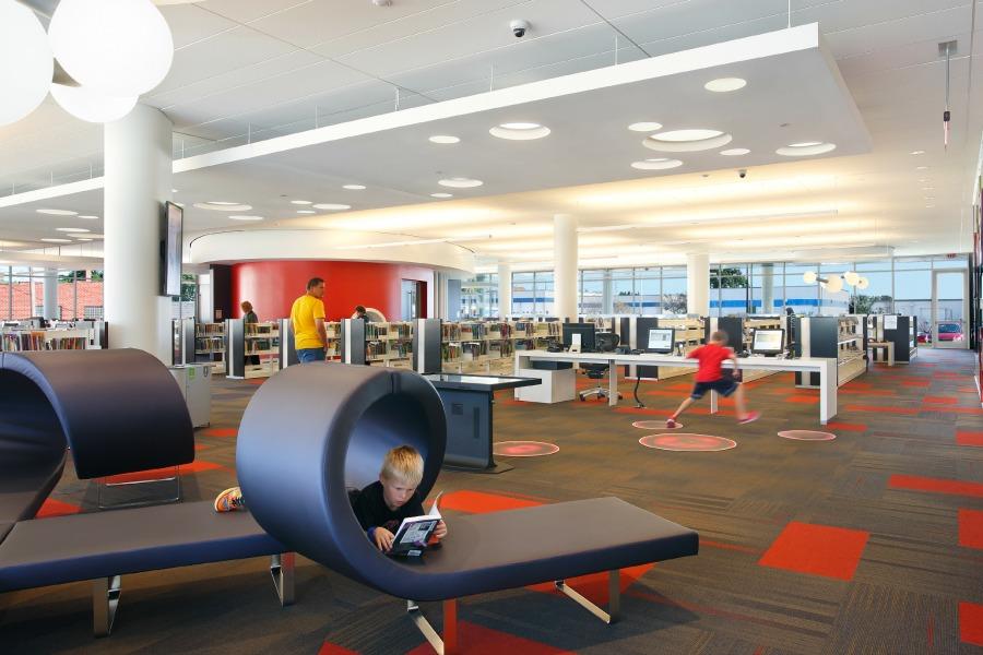 Дизайнерская мебель в библиотеке