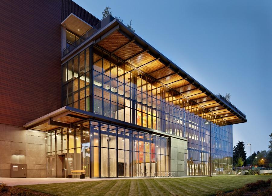 Навес на фасаде библиотеке