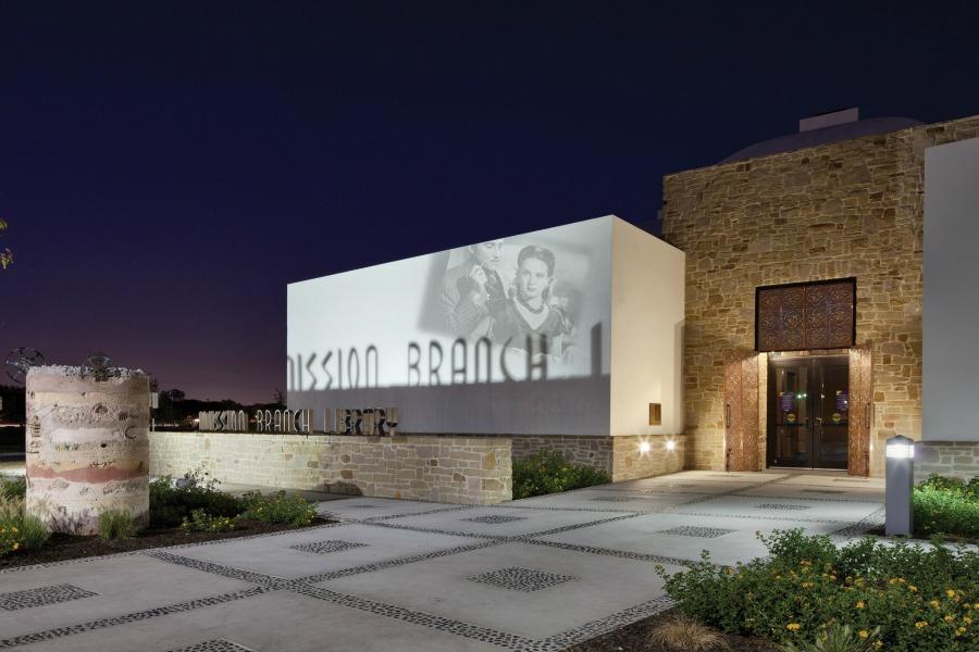 Инсталляция на фасаде библиотеке
