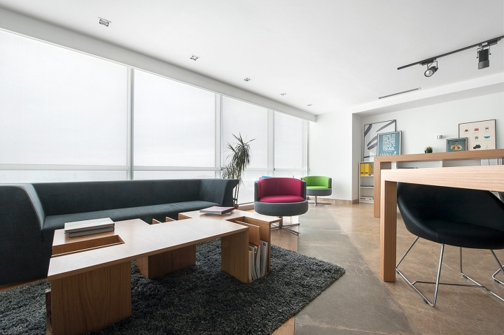 Удобный диван для ожидания в студии дизайна Vogue Design