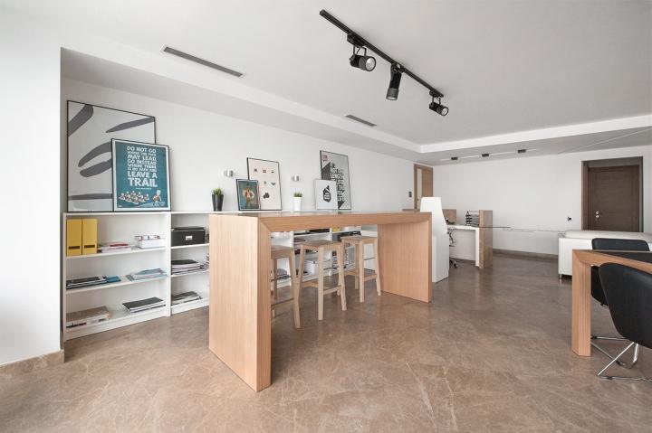 Место для работы с высоким столом в студии дизайна Vogue Design
