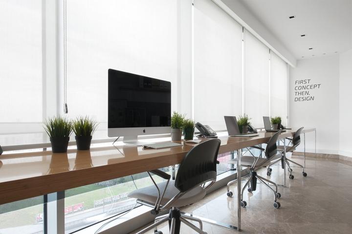 Длинный стол для работы в студии дизайна Vogue Design