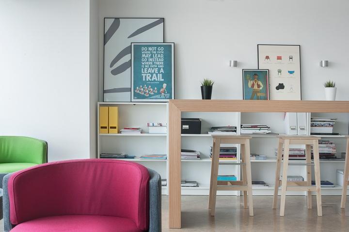 Открытые стеллажи для документов и книг в студии дизайна Vogue Design