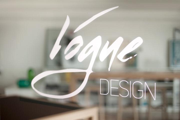 Название студии дизайна Vogue Design на двери