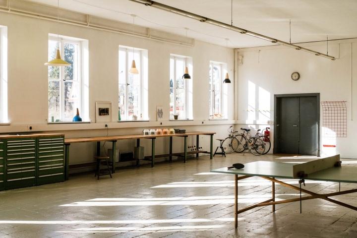 Большие окна в офисе и мастерской