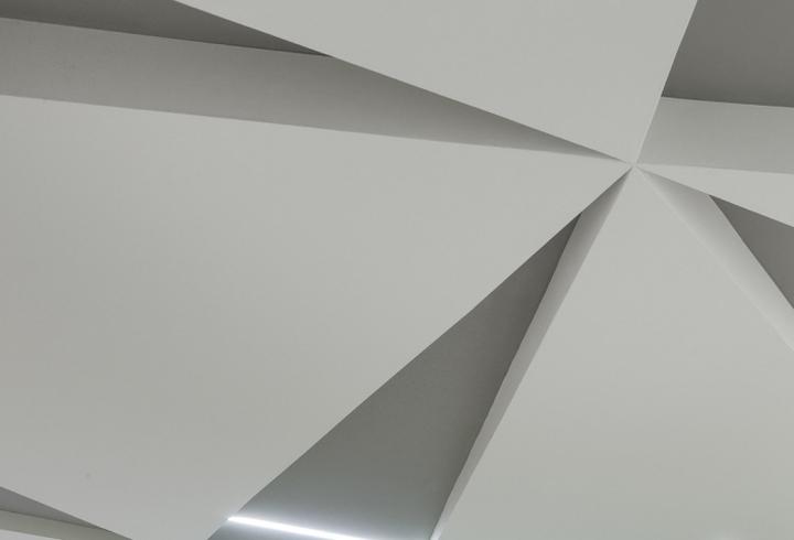 Креативное оформление потолка в офисе компании International Decision Systems в Миннеаполисе