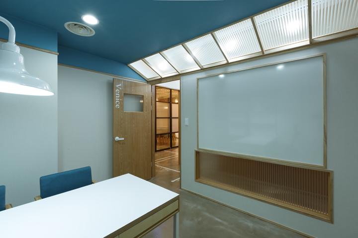 Синий потолок в офисе