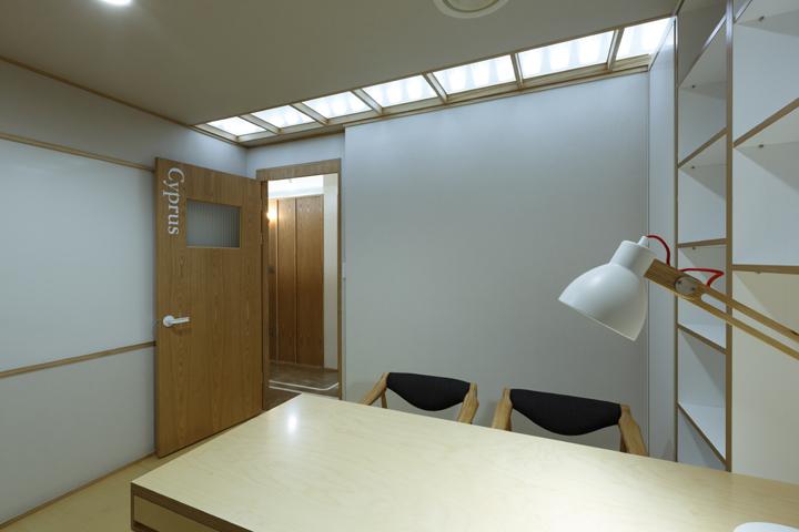 Белые стены в переговорной в офисе
