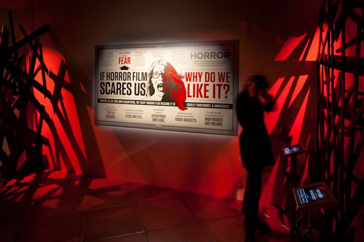 Рекламный баннер находится в коридоре