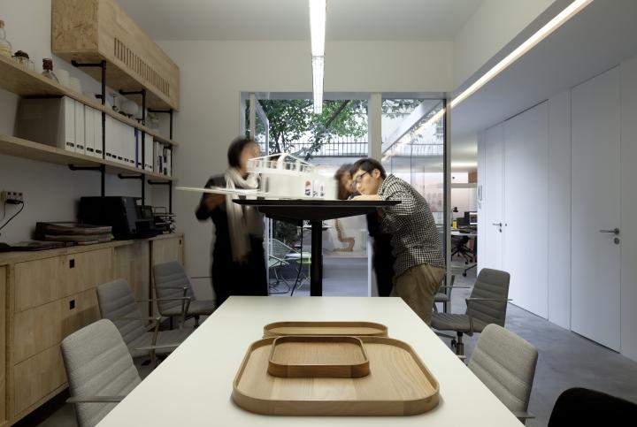 Дизайн интерьера рабочей области в офисе вокруг дерева от Lukstudio