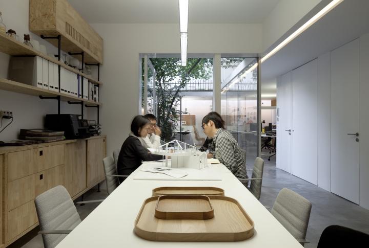 Дизайн интерьера помещения для совместной работы в офисе вокруг дерева от Lukstudio