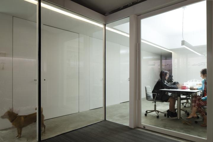 Стеклянные двери и огромные окна в офисе вокруг дерева от Lukstudio