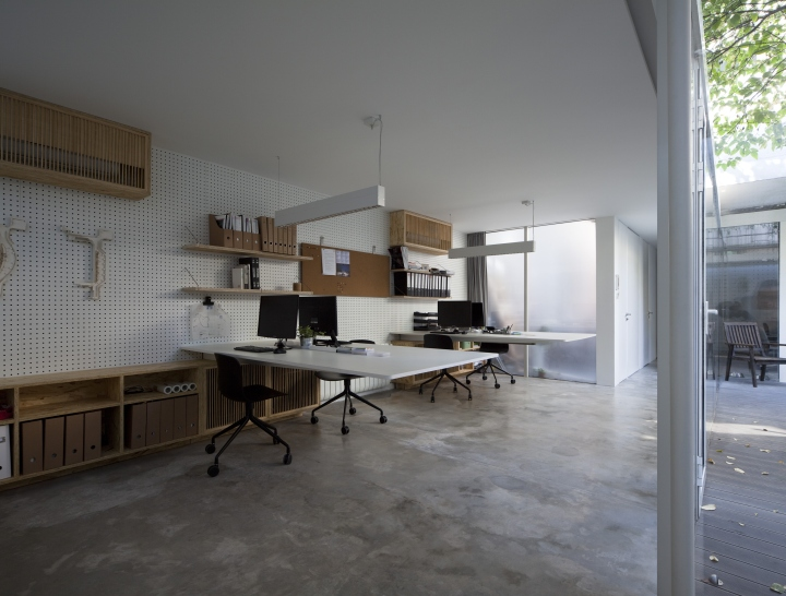 Дизайн интерьера рабочего пространства в офисе вокруг дерева от Lukstudio