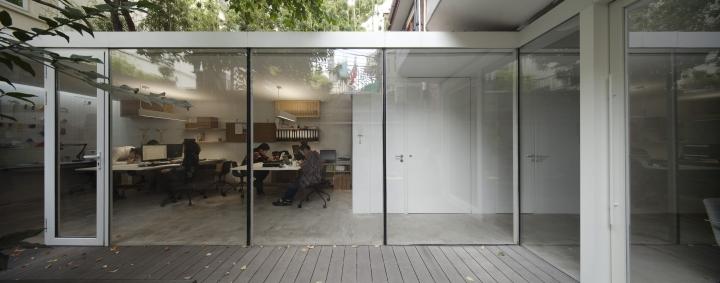 Огромные окна в офисе вокруг дерева от Lukstudio