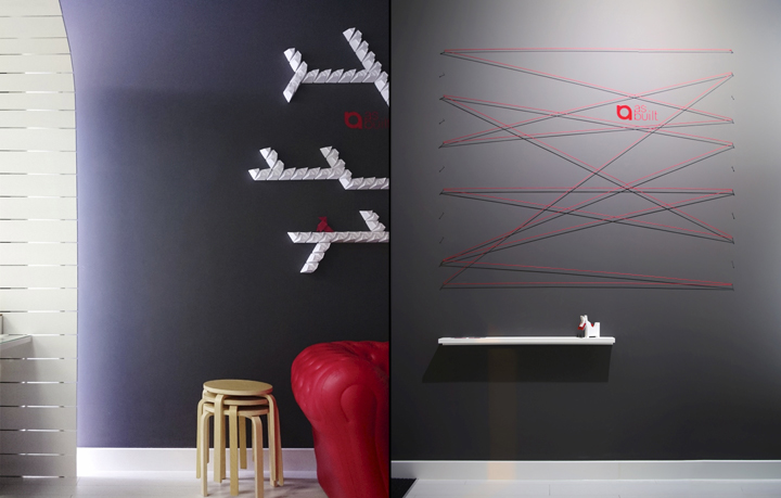 Яркий и необычный декор стен офиса