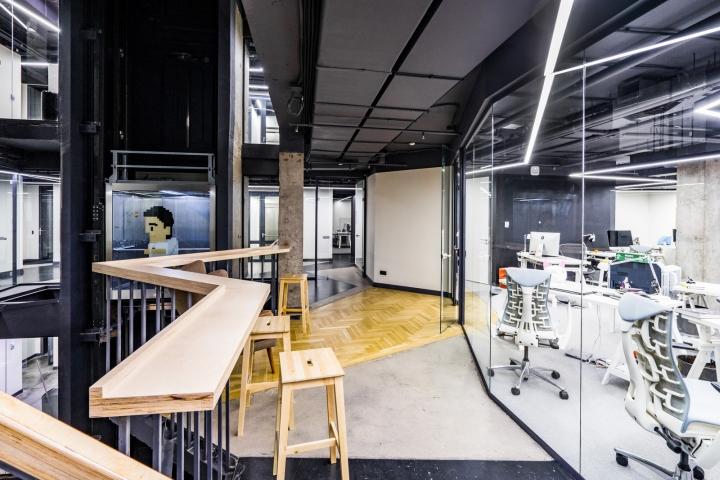 Атриум в офисе - неприкрытые потолочные коммуникации как отличительная черта в интерьере