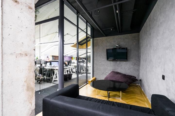 Атриум в офисе - преобладание серого и черного цвета в интерьере зоны отдыха