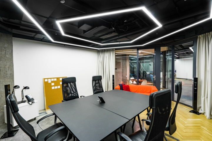 Атриум в офисе - неоновая подсветка на потолке
