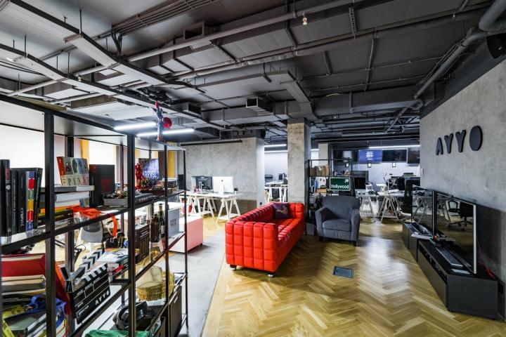 Атриум в офисе - яркий диван как акцент в интерьере