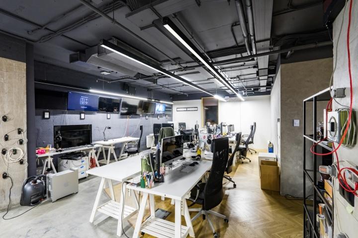 Атриум в офисе - дизайнерские белые столы в интерьере
