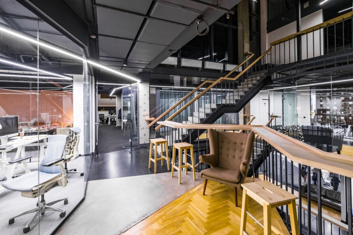Атриум в офисе - разнообразие материалов отделки интерьера: дерево, металл, ткань