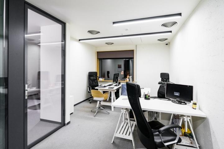 Атриум в офисе - черно-белое решение оформления кабинета