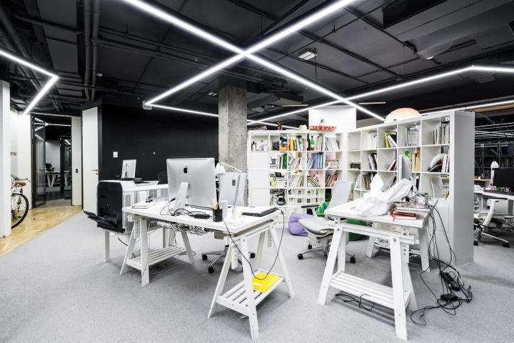 Атриум в офисе - дизайнерская белая мебель